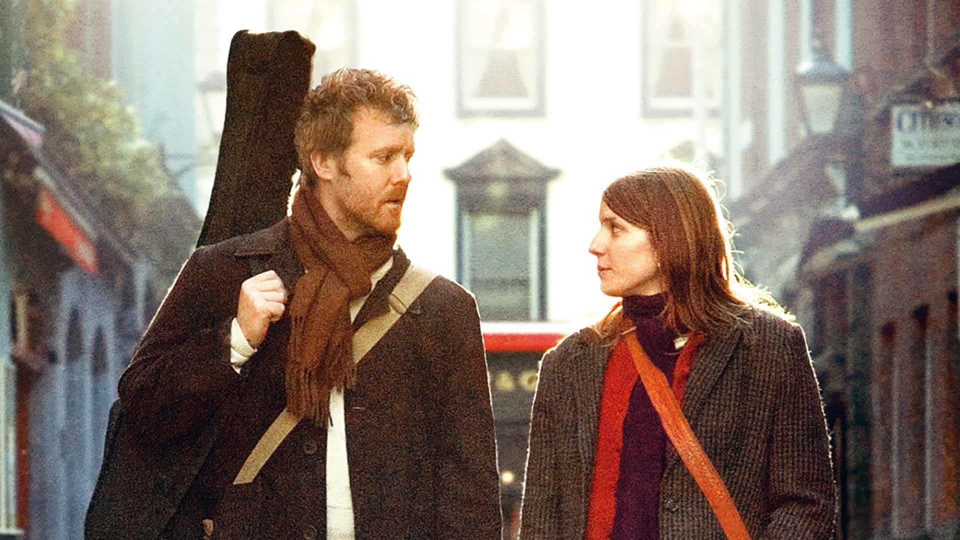 Once, kuvassa mies (Glen Hansard) ja nainen (Markéta Irglová).