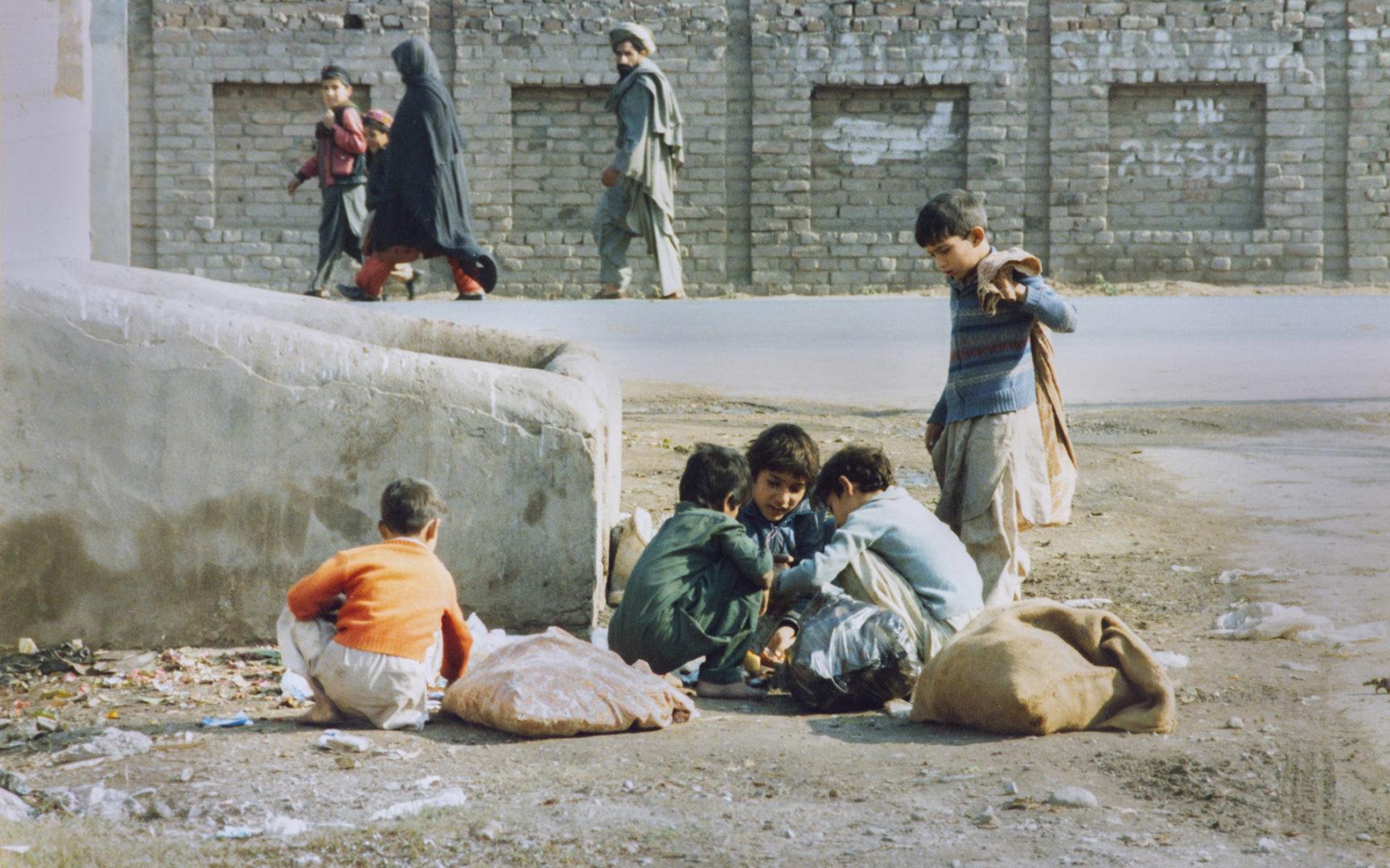 Pakistanissa lapset keräävät sairaalasta saadut roskat ja etsivät joukosta myytäväksi kelpaavaa.