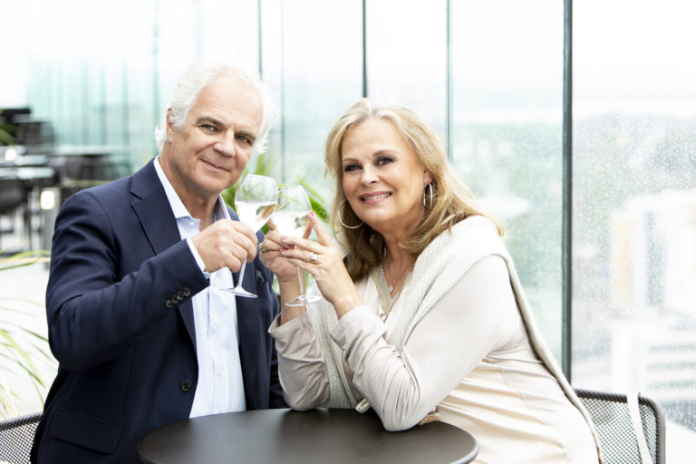 Arto Hietanen ja Anne Pohtamo viettävät 40-vuotishääpäiväänsä lokakuussa. Perhepiirissä pidettävien juhlien silmäteriä ovat kolme lapsenlasta.