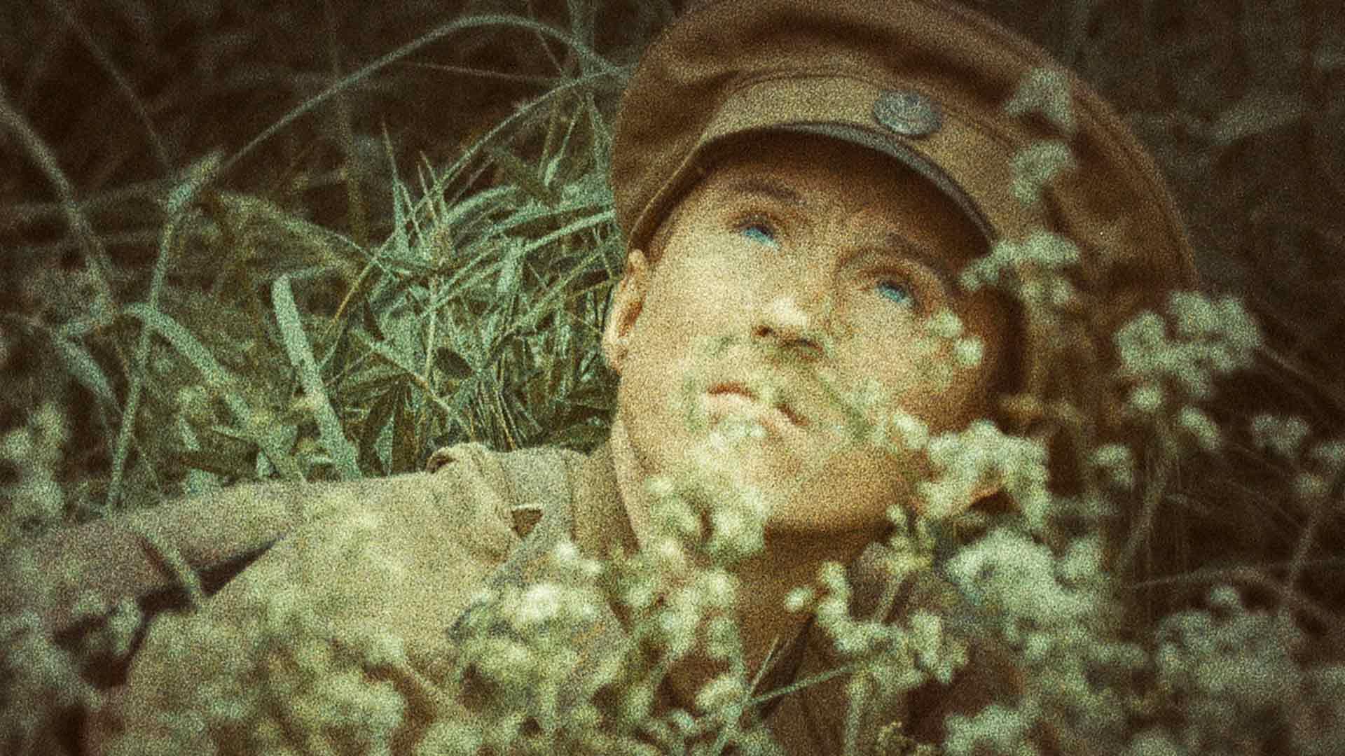 Aleksei (Vladimir Korolev) sokeutuu jo ensimmäisessä taistelussa elokuvassa Venäläinen poika.
