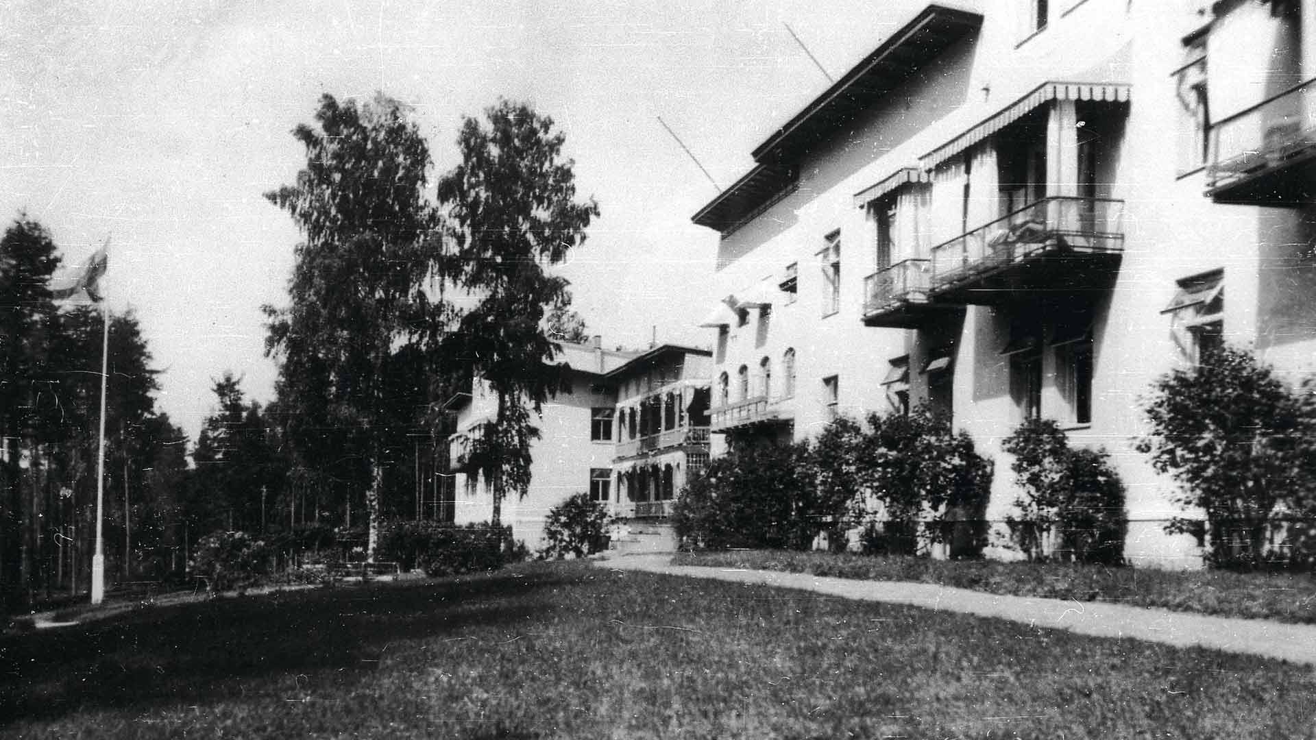 Vuonna 1903 valmistunut Takaharjun parantola oli aikansa pisin rakennus. Julkisivun mitta oli 135 metriä. Hallimakuuparvekkeet erottuvat hyvin.