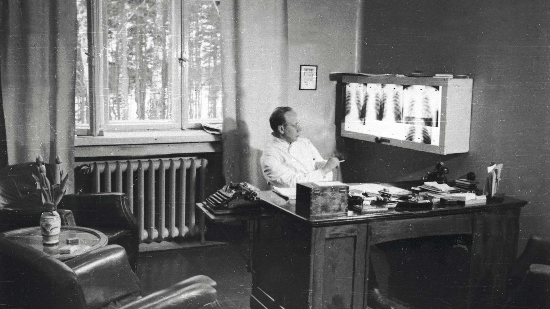 Takaharjun ylilääkäri Tor Blomqvist kansliassaan 1950-luvulla.