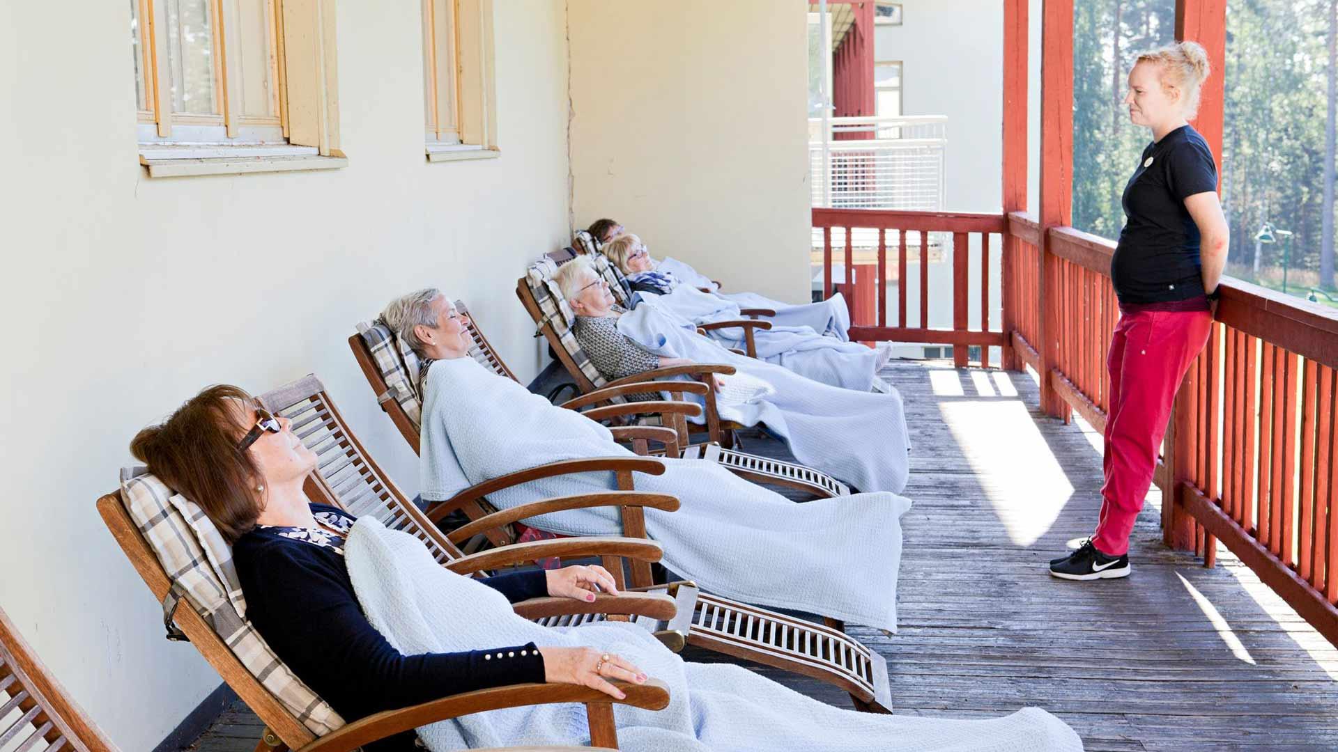 Lepohetki ulkona kuuluu yhä Kruunupuiston ohjelmaan norppahoidon nimellä. Kuntoutujat rentoutuvat fysioterapeutti, liikunnanohjaaja Anniina Puurtisen huomassa.