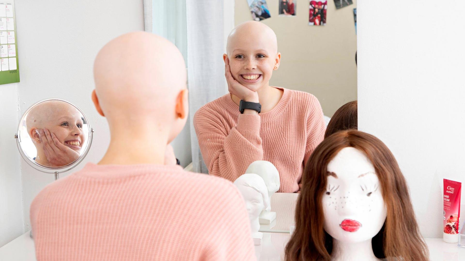 Mona Holman saa tämän vuoden aikana toisenkin peruukin. Se pysyy päässä vaikka temppuillessa, mutta Mona ei osaa vielä sanoa, tuleeko se käyttöön myös cheerleadingissä.