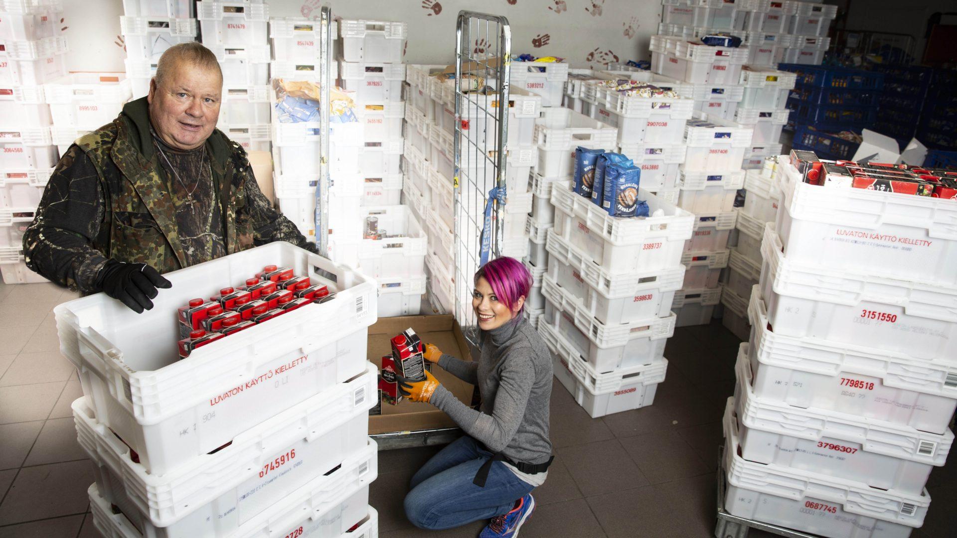 Ennen kuin Sini ja Heikki Hursti pääsevät jakamaan ruoka-apua, kaikki tavara pitää siirtää rullakoista laatikoihin ja kassit pakata. Vapaaehtoisten ansiosta työtä ei tarvitse tehdä yötä myöten.