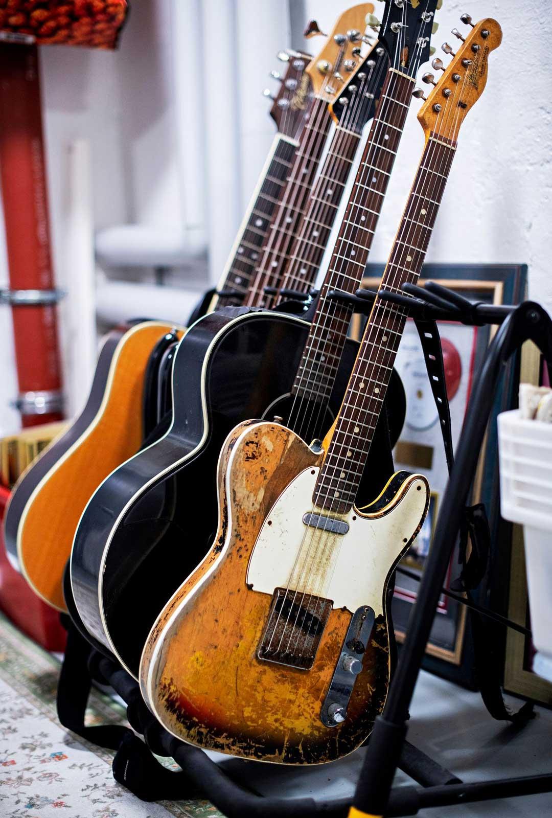 """Kun Ismo Alanko osti vuosimallin 67 Fender Telecaster -kitaransa vuonna 1985, se oli kuin uusi. """"Kitara on ihan soittamalla päässyt kulumaan, se on saanut hikeä ja iskuja."""""""