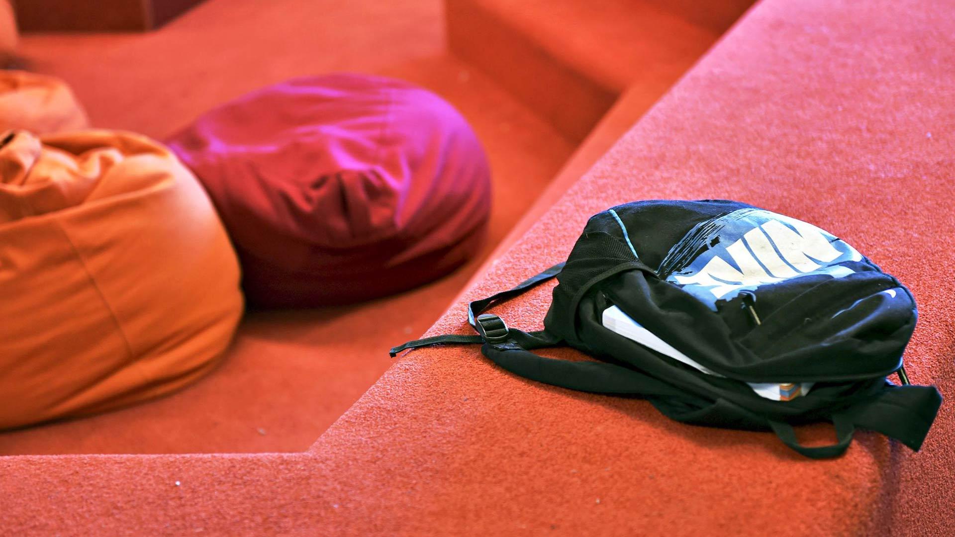 Koulutarvikkeet on kätevintä pitää mukanaan. Luokkahuoneettomissa kouluissa on säilytyslokeroita, mutta sieltä alituinen lisätavaroiden hakeminen on työlästä. Kuva on Helsingistä Kalasataman alakoulusta.