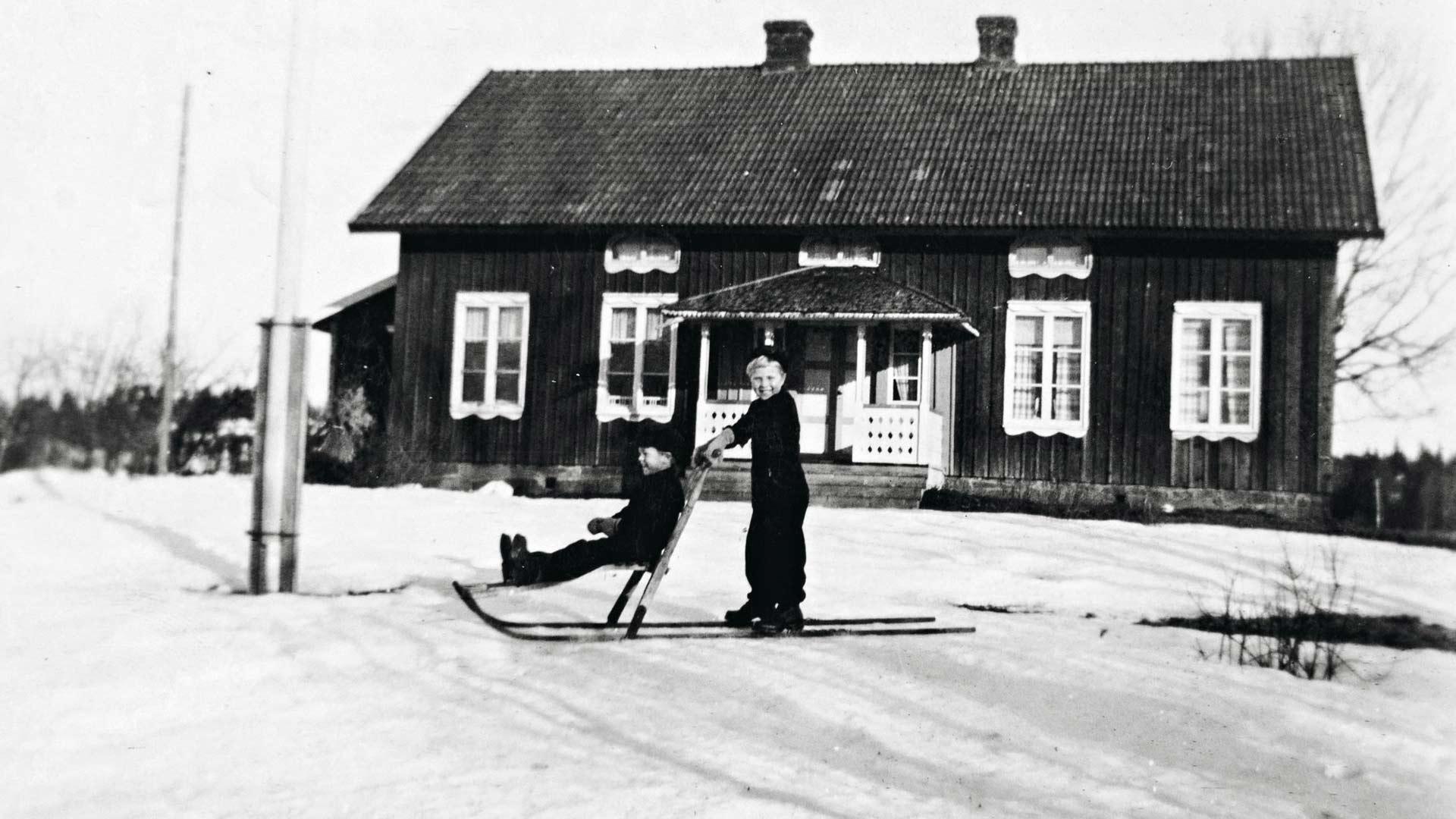 Veljekset Pentti ja Erkki Ruotsissa Hede Gårdin kartanon pihamaalla. Päivät isolla maatilalla olivat täynnä puuhaa.