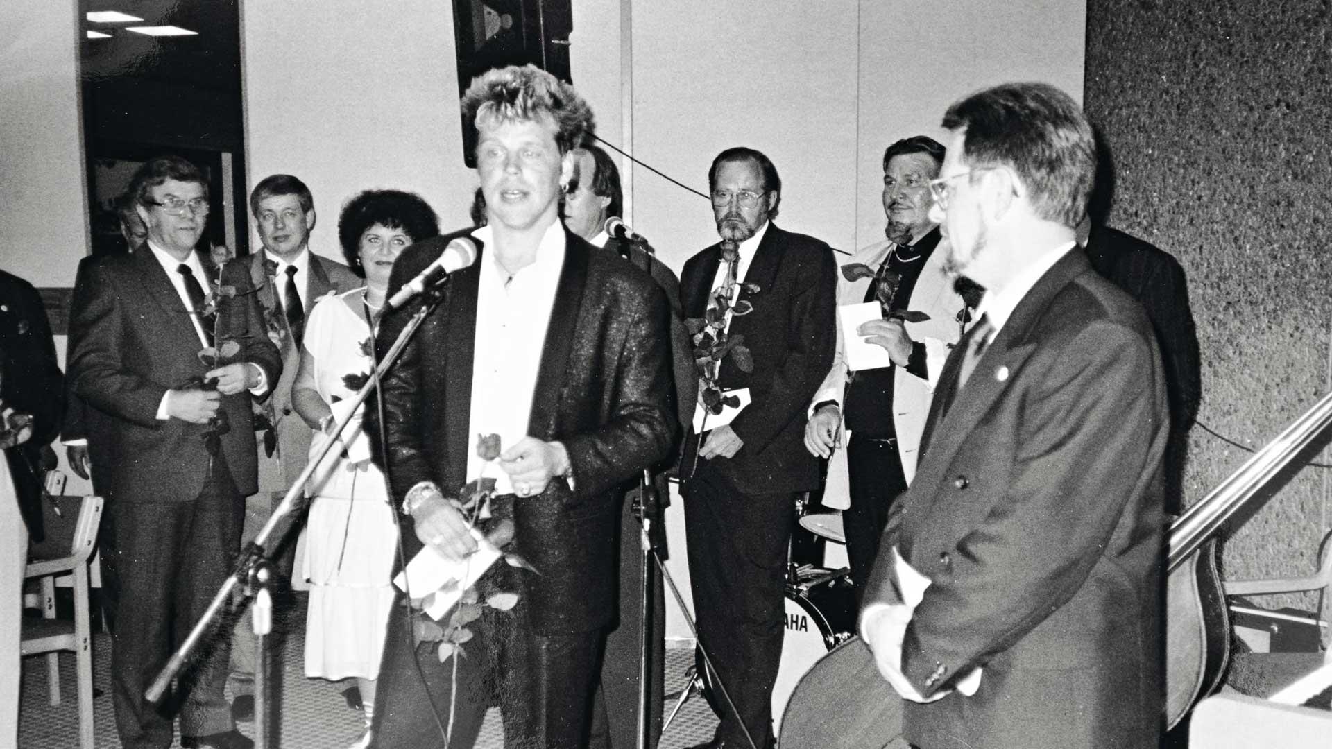 """Pentti Ojanen (vas.) sai Merimies-Unionin kultaisen ansiomerkin vuonna 1988 samassa tilaisuudessa, jossa se luovutettiin myös Pertti """"Nipa"""" Niemiselle (nyk. Neumann)."""