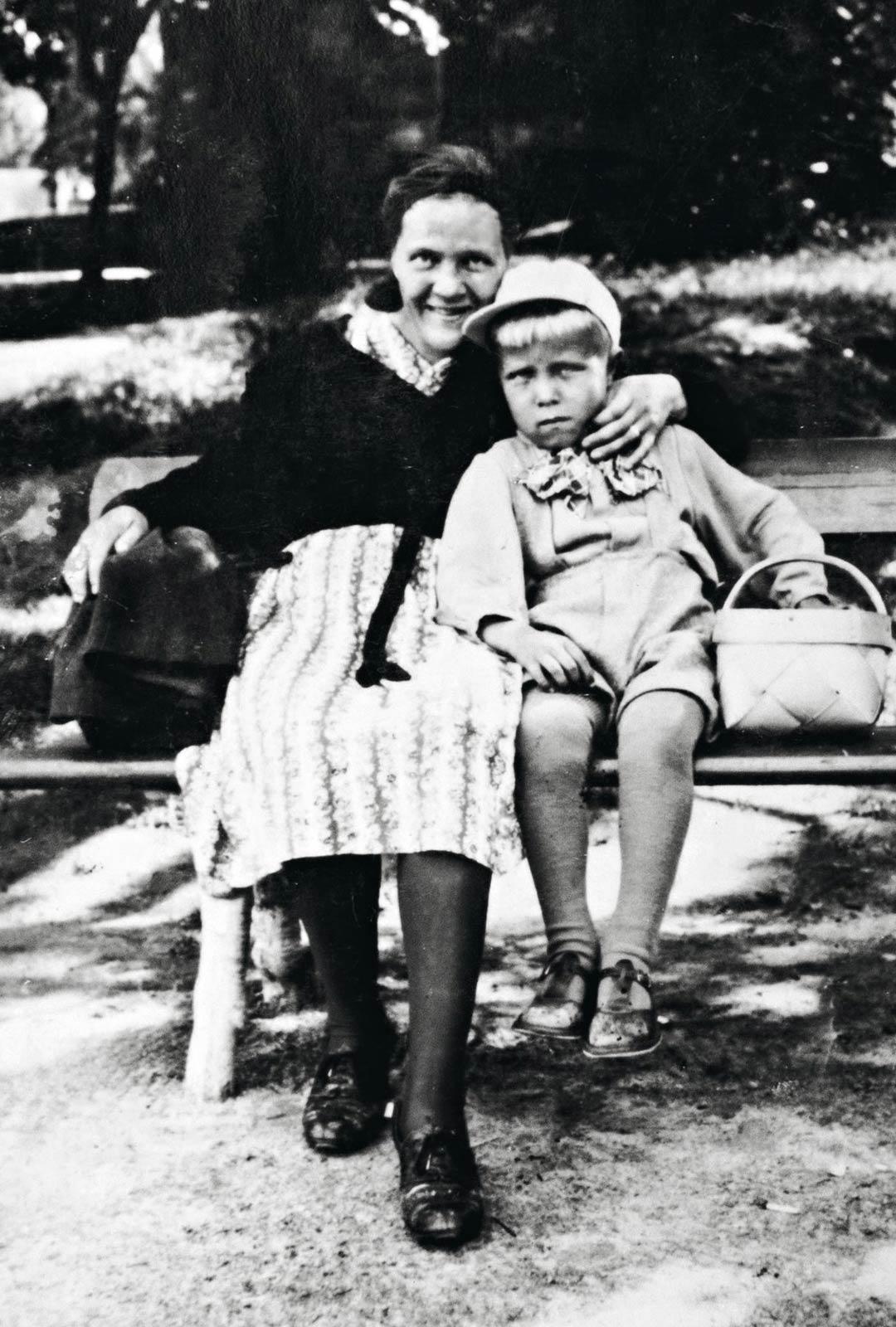 Äidistä ja Pentistä otettiin kuva sinä päivänä vuonna 1941, jolloin Pentille ostettiin matkalaukku Ruotsiin lähtöä varten.