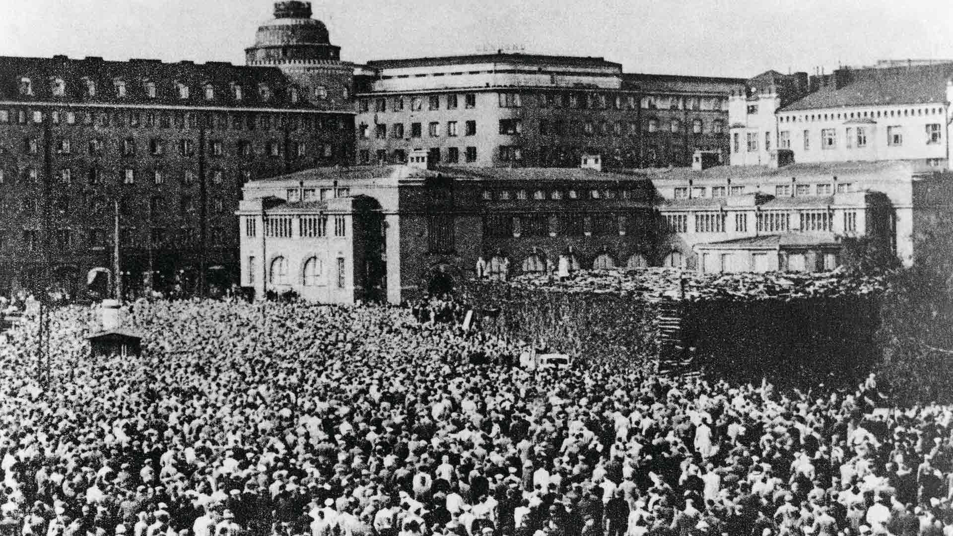 Suomen-Neuvostoliiton ystävyysseuran joukkomielenosoitus Hakaniemen torilla Helsingissä elokuun 6. päivänä 1940. Mielenosoituksella haluttiin entisestään varmistaa maiden välistä ystävyyttä. Ihmisiä oli torilla toistakymmentätuhatta.