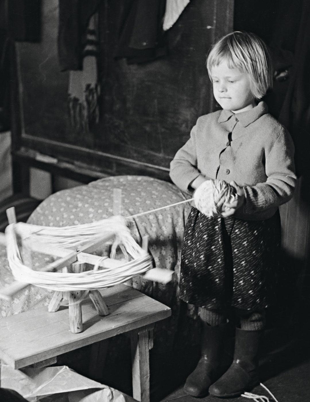 """Menneinä vuosikymmeninä lapsen koko tahto saattoi olla """"äidin esiliinan taskussa"""". Se ei ollut oikeudenmukaista – kuten ei sekään jos lapsi pakotetaan määräämään joissain asioissa kaikki aikuisten valinnat."""