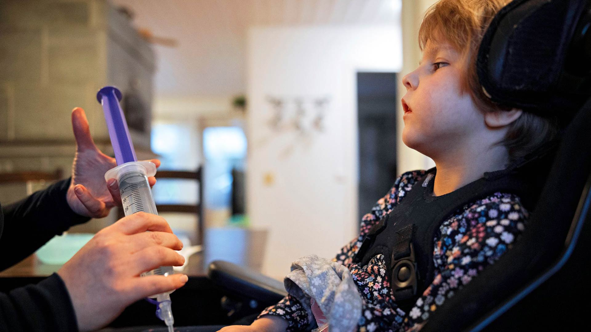 Iitaa syötetään yleensä tavalliseen tapaan lusikalla, mutta nestettä hän on saanut suoraan vatsaan PEG-napin kautta sen jälkeen, kun hän hylkäsi tuttipullon eikä juottaminen muutoin onnistunut.