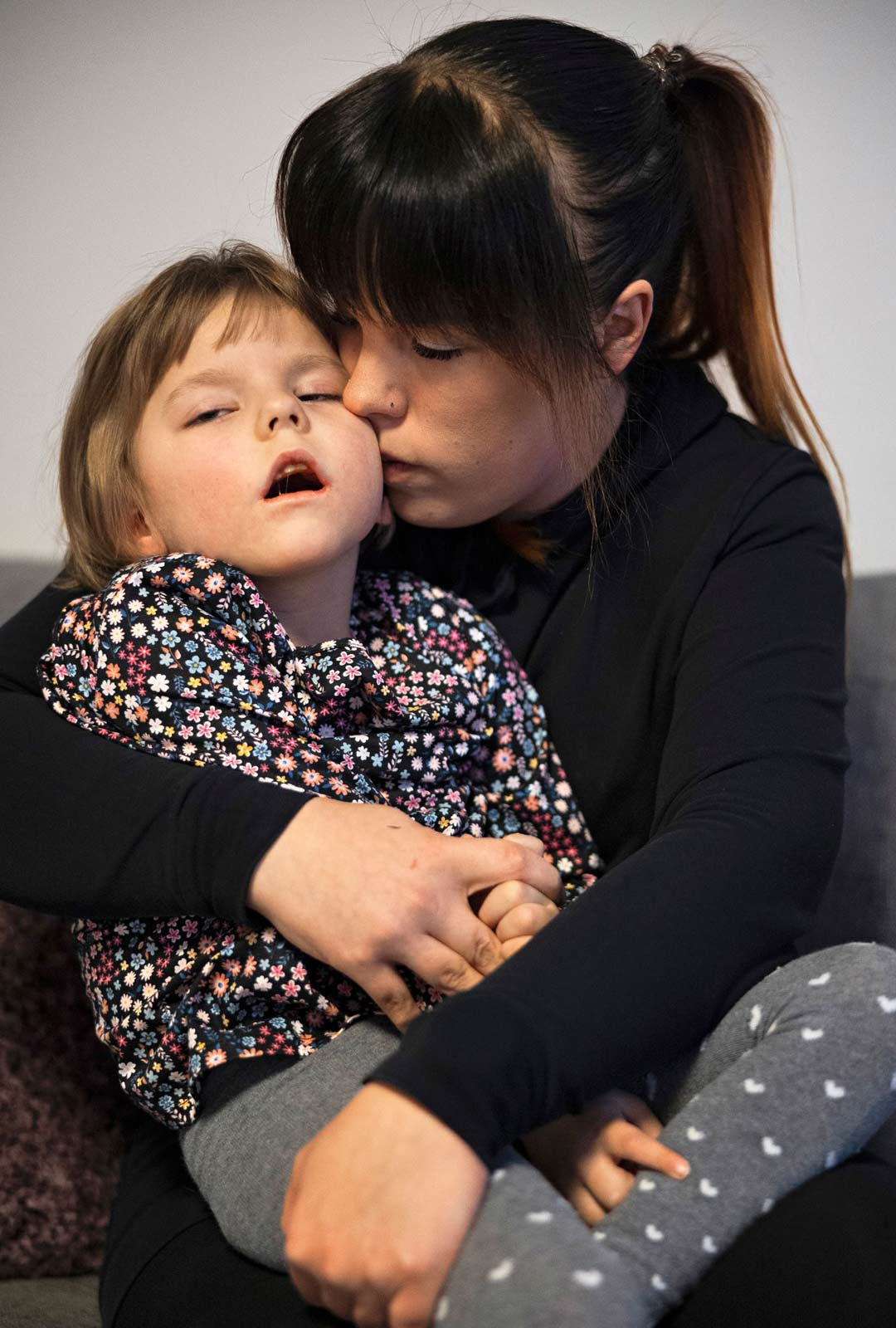 Halatessaan tytärtään Eini sanoo kokevansa syvää yhteyttä lapseen, joka voi ilmaista itseään vain pienen vauvan tavoin.