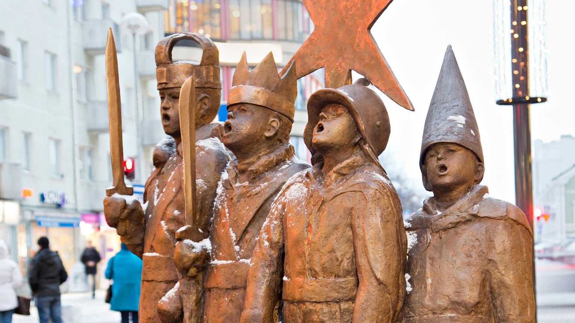 Sanna Koiviston toteuttama tiernapoikapatsas nousi Rotuaarille joulukuussa  2014. Tänä vuonna patsas saa uuden paikan tiernaristiksi kutsutun risteyksen vierestä kävelykadun uudelta jatkeelta.