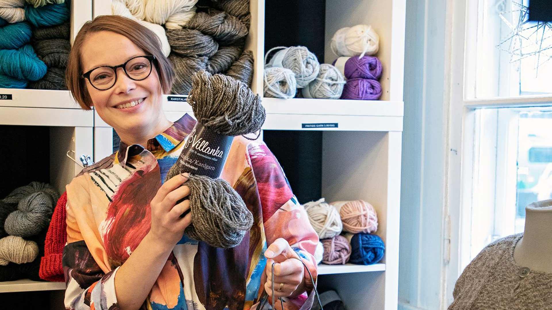 Taito-yhdistyksen toiminnanjohtaja Elina Seppänen iloitsee käsityöharrastuksen suosiosta ja kehuu pohjoisen tuotteiden monipuolisuutta.