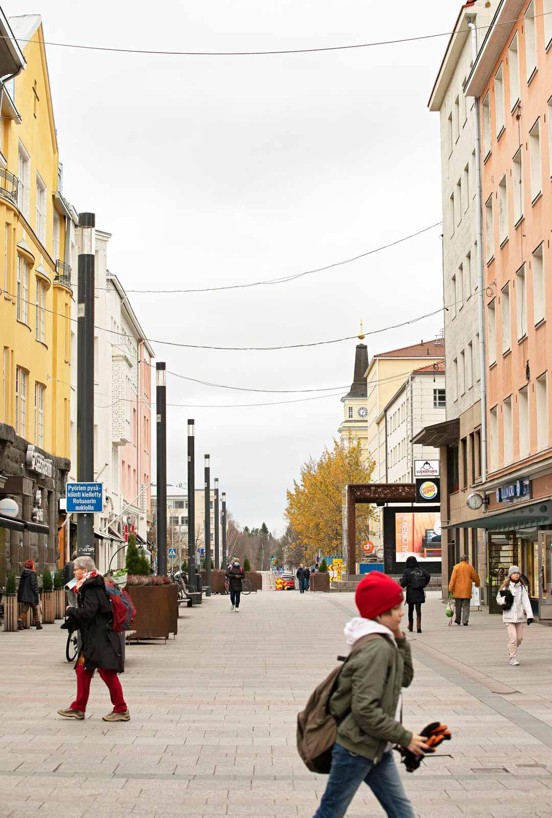 Oulun kävelykatu, Rotuaari pääsee joulutunnelmaan, kun jouluvalot sytytetään marraskuun puolivälissä.