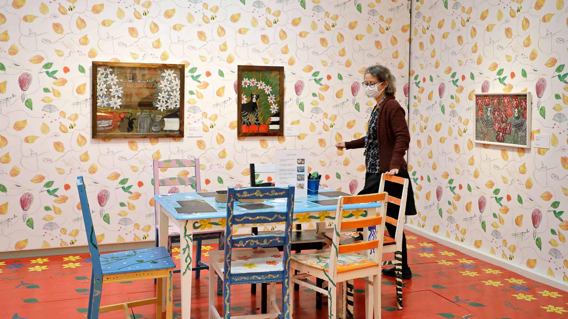 Amanuenssi Elina Vieru esittelee Oulun taidemuseon Rento meininki -näyttelyä.