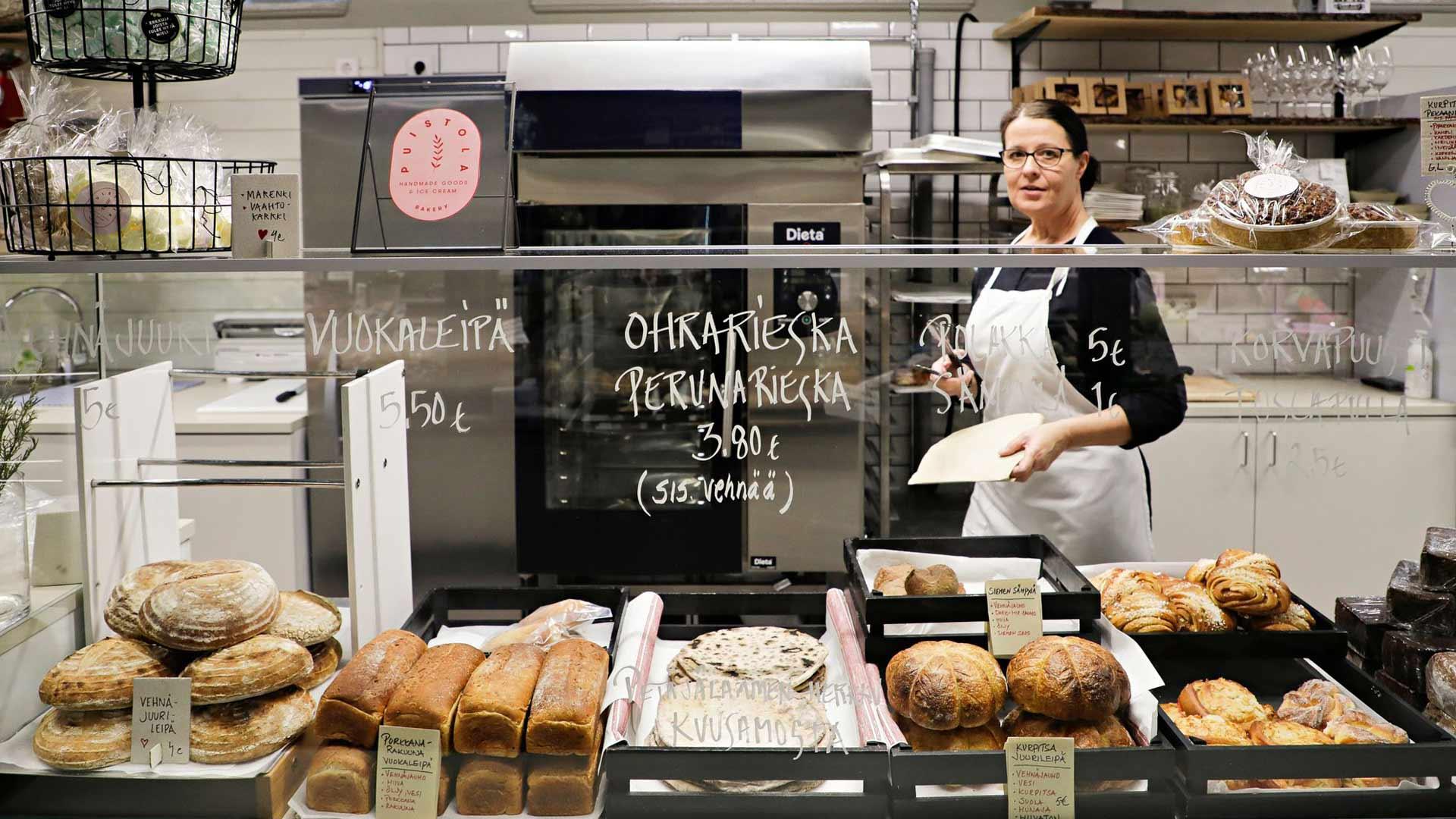 Tiina Kontio myy Puistolan hallimyymälästä mukaan vaikka rieskan.