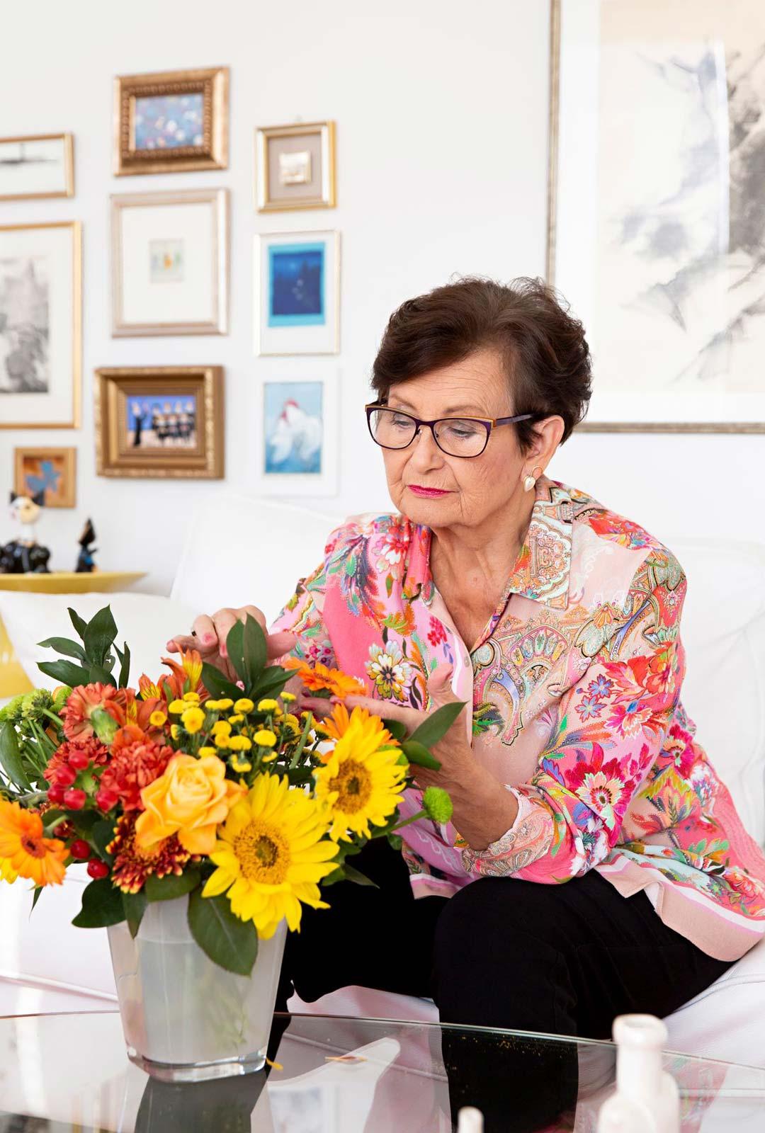 """Yksinäisyys ei sovi Aila Arajuurelle. """"Jos joudun olemaan yksin kotona muutamankin päivän, alkaa ahdistaa. Minun täytyy saada nähdä ihmisiä."""""""