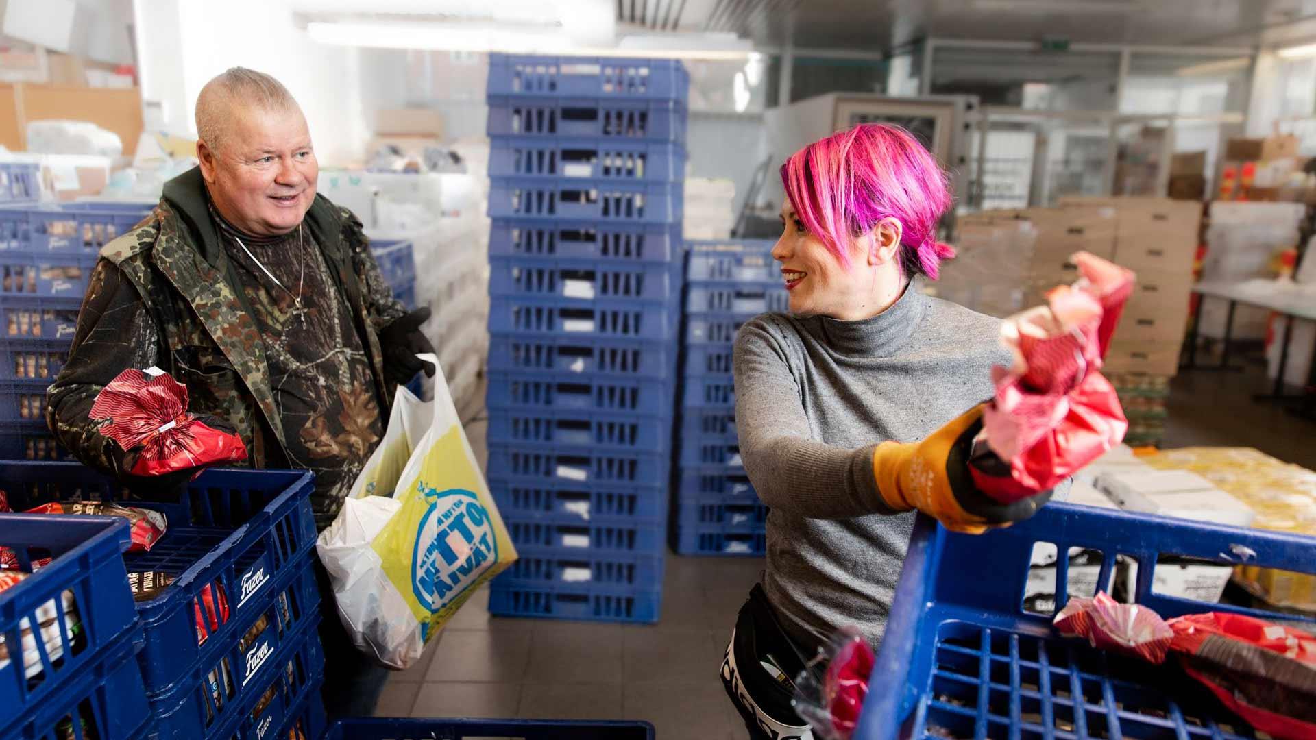 Heikin ja Sinin kanssa työskentelee tavallisesti noin 40 vapaaehtoista, mutta korona-aikana tekijöitä on vähemmän. Useat vapaaehtoisista ovat löytyneet juuri avuntarvitsijoiden joukosta.
