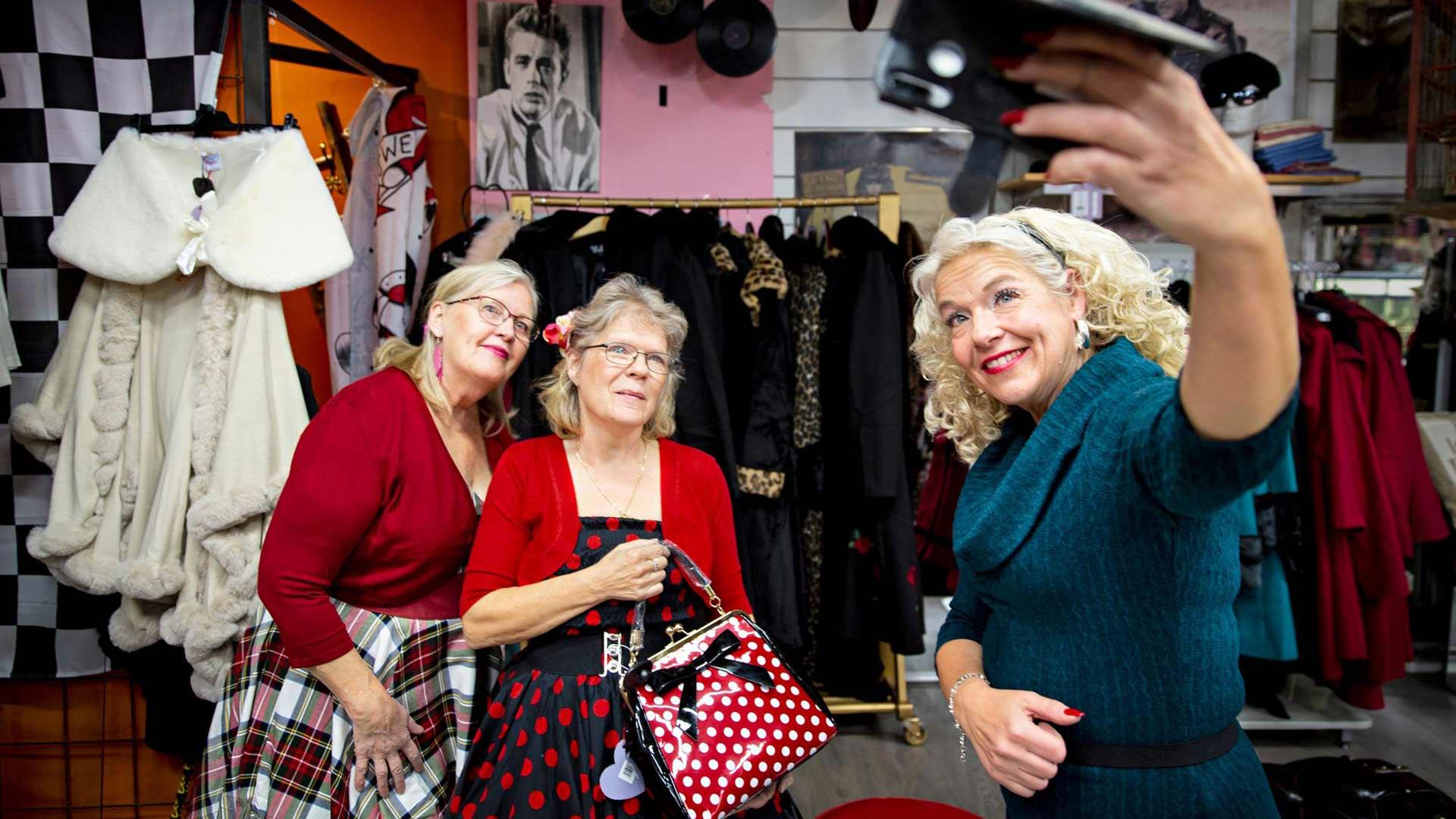 Anita tykkää etsiä asiakkaille heidän näköisiään vaatteita ja rohkaista heitä värien käyttöön. Kaiken päällä olevan ei tarvitse olla mustaa tunikaa.