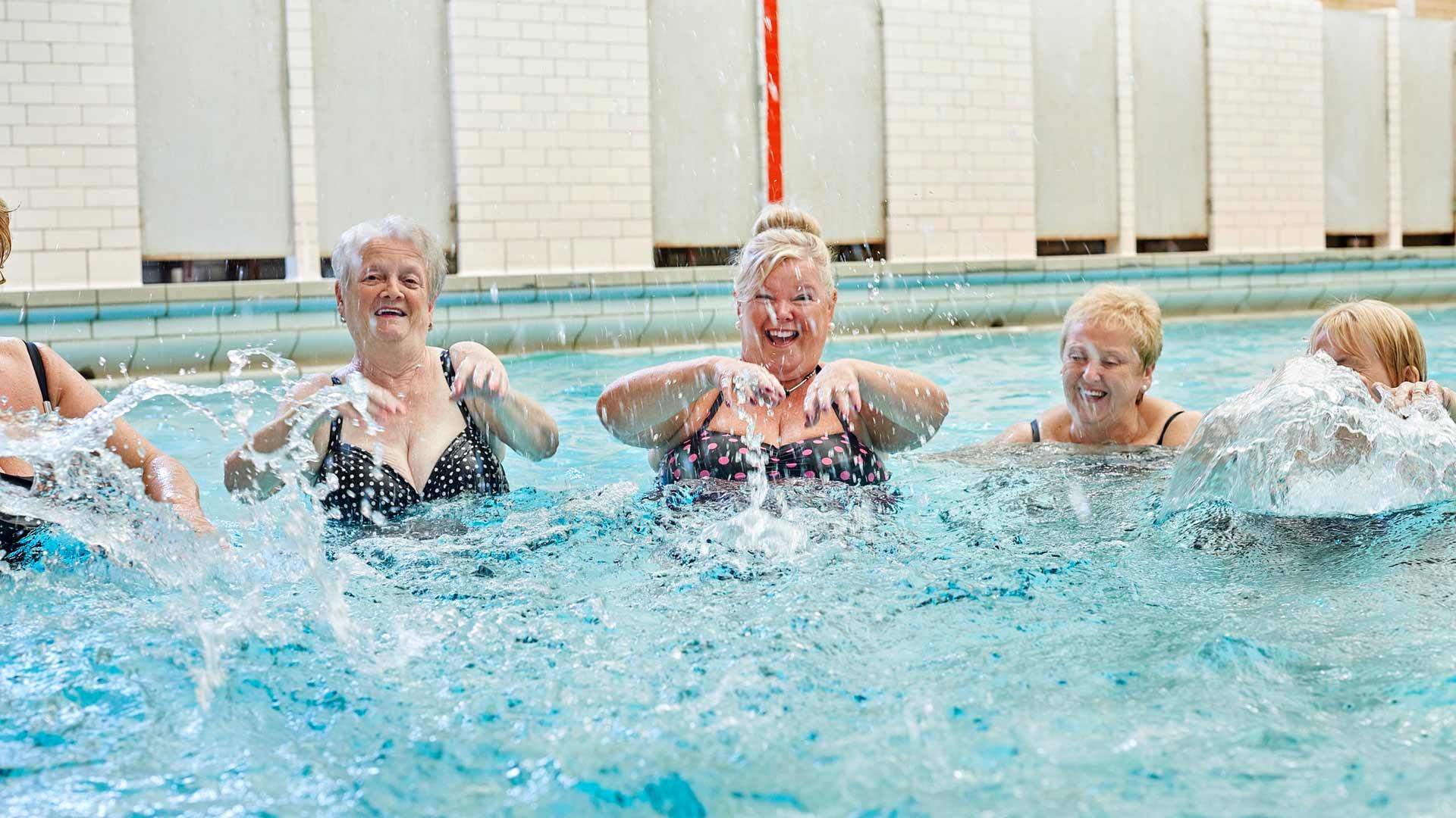 Lihasvoiman väheneminen näkyy nyt etenkin alaraajojen lihaksissa. Lihastreeni auttaa hidastamaan näitä muutoksia. Uiminen on myös hyvä keino tarjota keholle monipuolista, ja samalla nivelystävällistä harjoitusta.