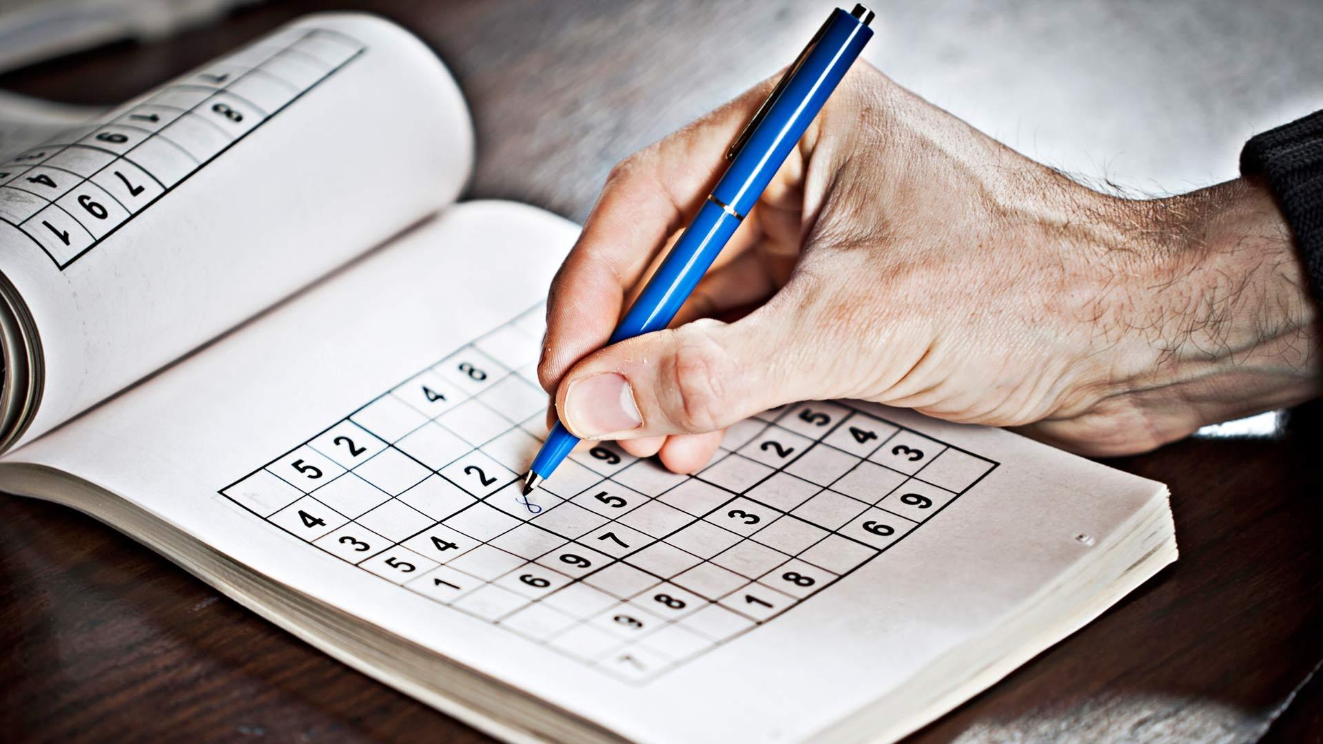 Uusien asioiden opiskelu, lukeminen, ristikot, sudokut ja mutkikkaat käsityöt antavat aivoille tekemistä.