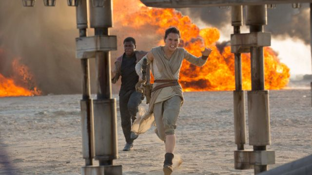 Star Wars: The Force Awakens, kuvassa Daisy Ridley ja John Boyega.