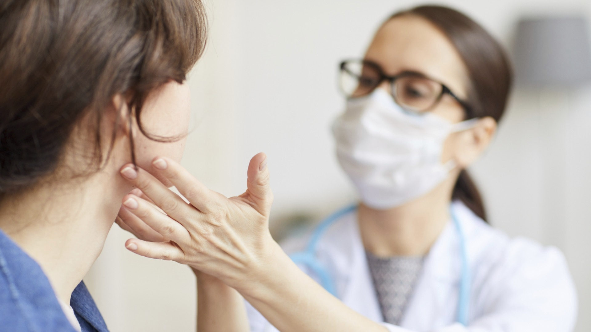 """Monet potilaat, jotka epäilevät, että heillä on """"pitkä Covid"""" ovat kokeneet, että heidän oireitaan on vähätelty tai psyykkiseksi oireiluksi."""