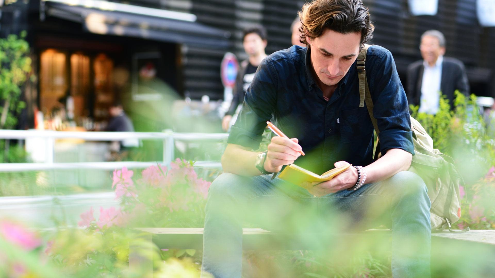 Moni kokee päiväkirjan kirjoittamisesta olevan hyötyä erityisesti elämän kriisitilanteissa. Päiväkirjalle voi purkaa huolia.