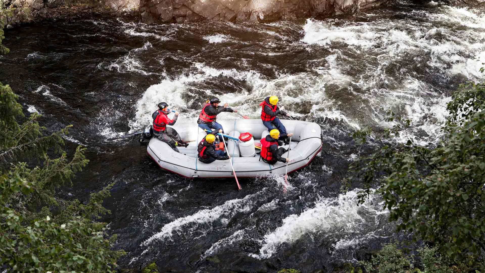 Koko kitkajoen valloitus -koskiseikkailussa koetaan jokikanjonin kaikki 12 koskea.
