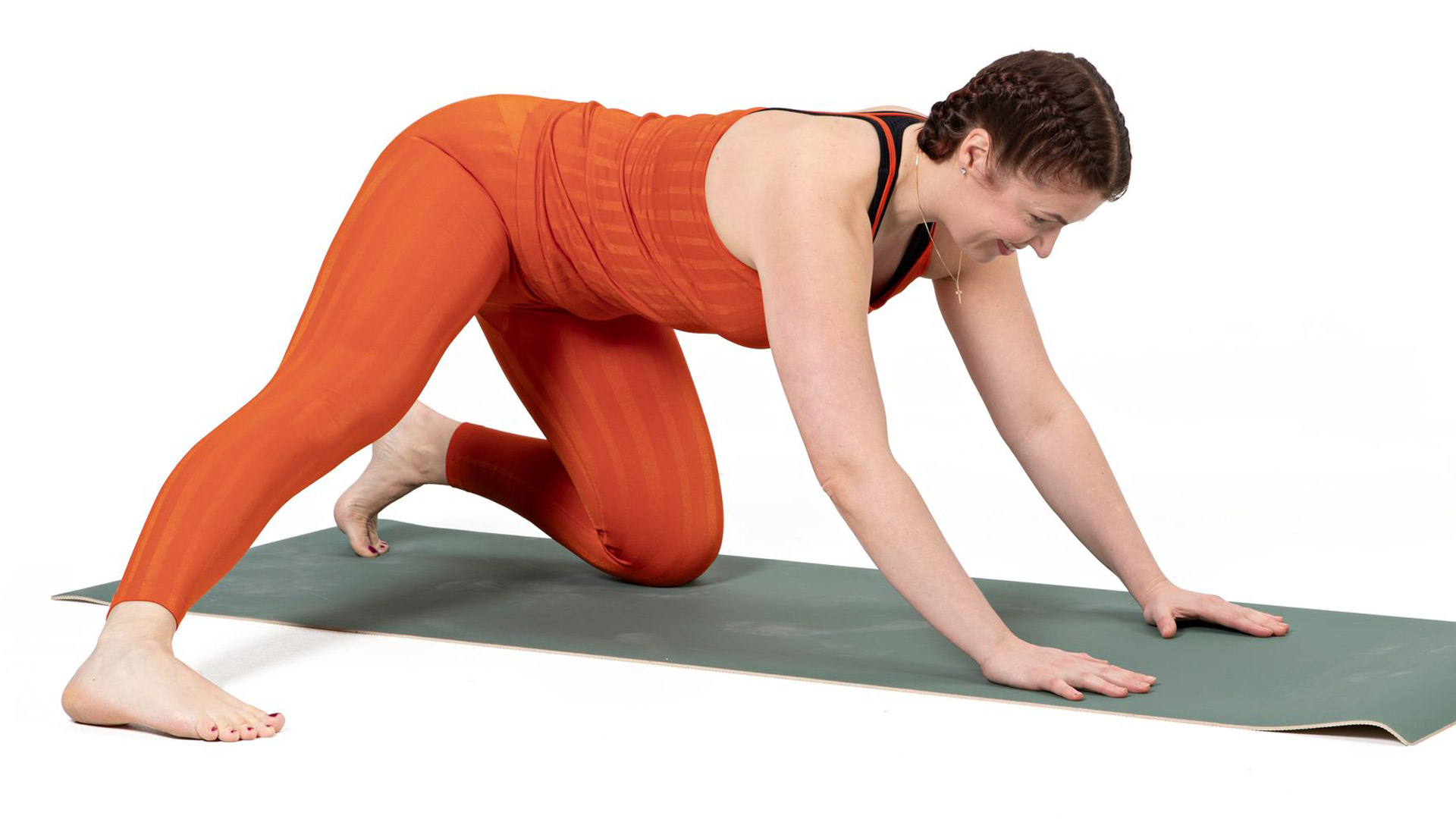 Peruuta peppua taaksepäin, paina suoran jalan sisäreittä lattiaa kohden.