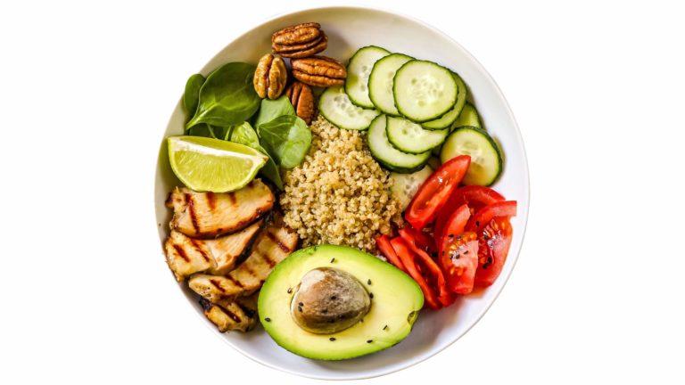 Mitä enemmän kuitua ruokavalio sisältää, sitä enemmän se pienentää diabetesriskiä.Diabetesta torjuvia rasvoja saat kasviöljyistä, pähkinöistä, siemenistä, avokadosta ja kasvimargariinista.