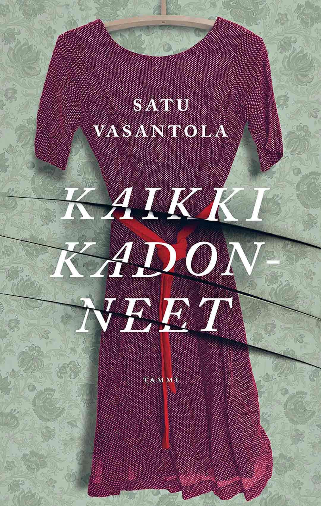 """Satu Vasantola on kirjoittanut molemmat romaaninsa kolmeen kertaan. """"Ensimmäisessä vaiheessa syntyvät henkilöhahmot, tarina vähitellen toisessa vaiheessa. Tarinoitten loput ovat tulleet hiukan kuin ilmestyksinä."""""""