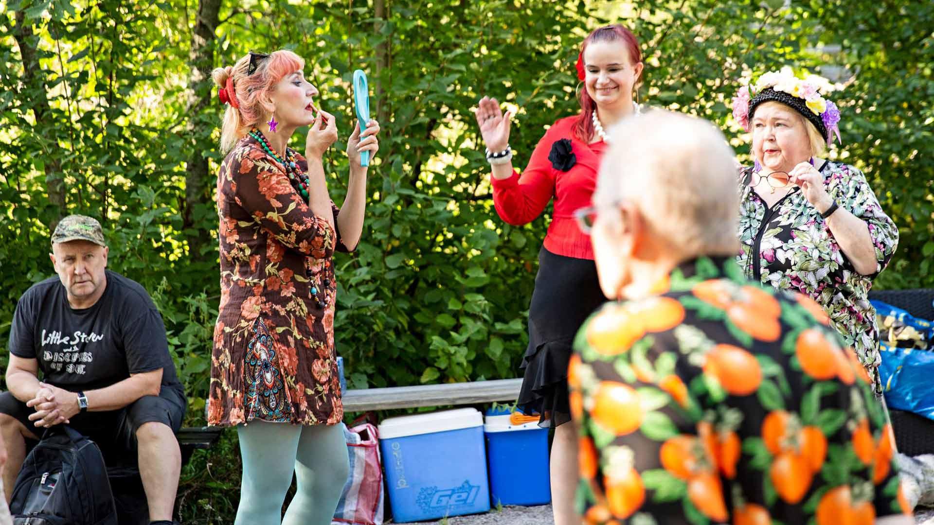 Selmaa esittävä Marjo Kanninen viimeistelee meikkiään hetkeä ennen lavalle astumista.