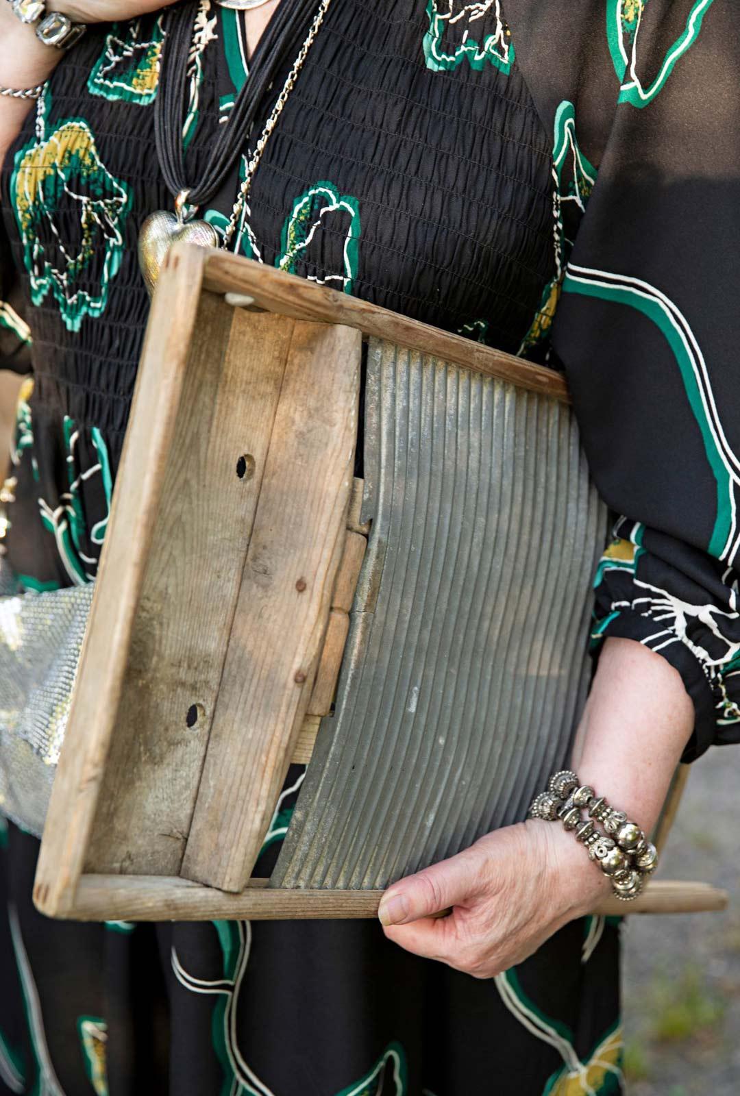 Satu Rantalan roolihahmo Siviä tuo pyykkilaudan tuliaisiksi sulholleen Kustaalle.