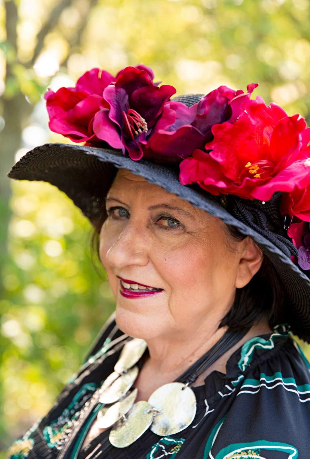 Näyttelemisestä pitkään haaveillut Satu Rantala teki hattuunsa koristeet tekoamarylliksistä.
