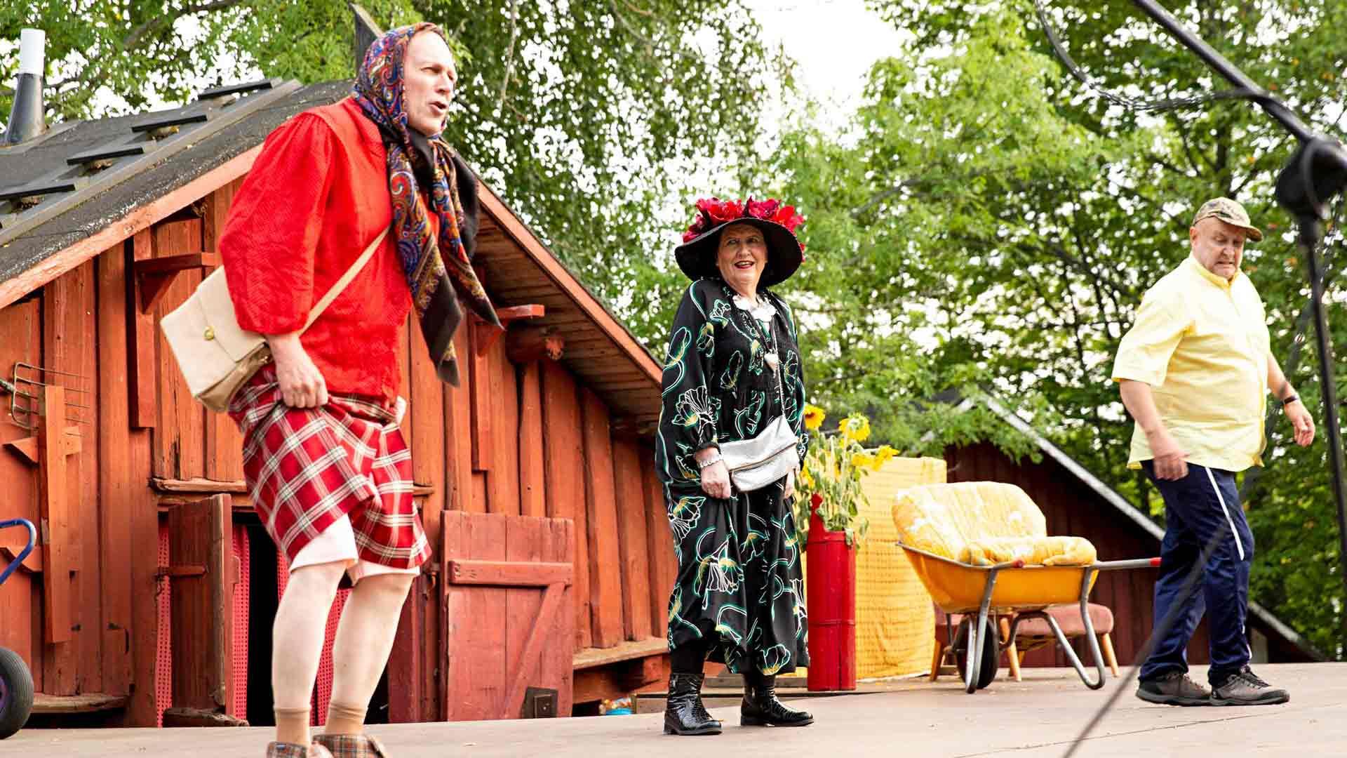 Rauha (Ilari Myllyvirta), Siviä (Satu Rantala) ja Kustaa (Aki Mattsson) hauskuuttavat järvenpääläisyleisöä.