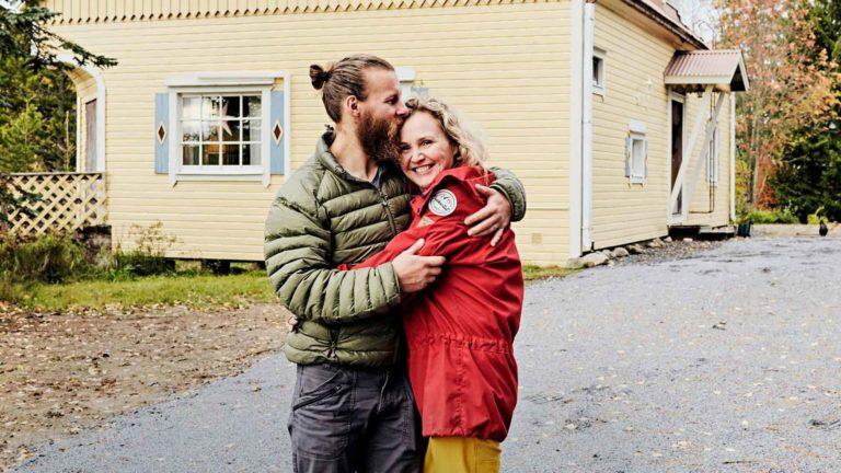 """Hanna ja Pasi Eronen tykkäävät siitä, että luonto on heti läsnä, kun avaa kotioven. """"Se tuo valtavasti hyvinvointia elämään."""""""