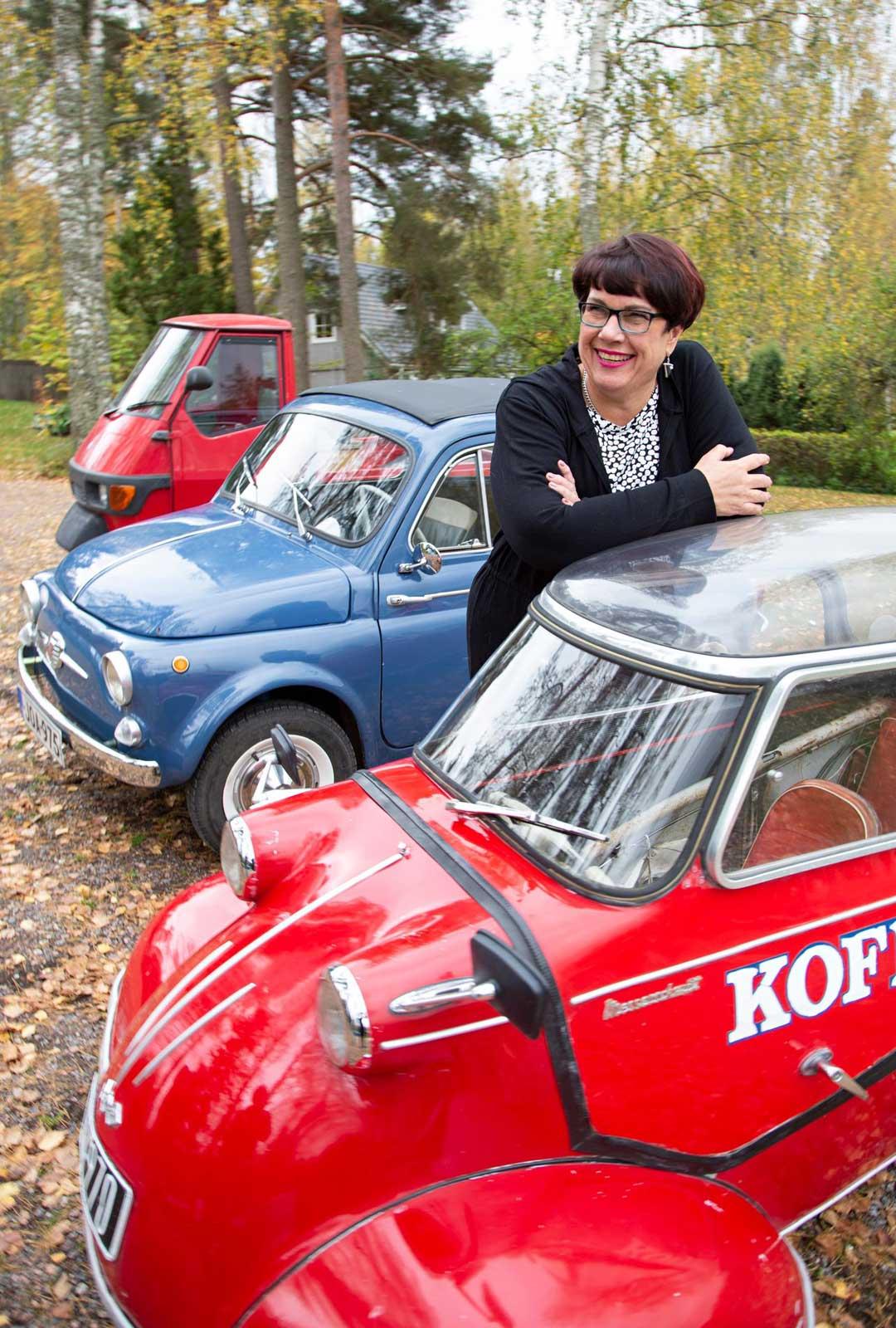 Outin mukaan nostalgiset kääpiöautot tuottavat iloa myös vastaantulijoille.