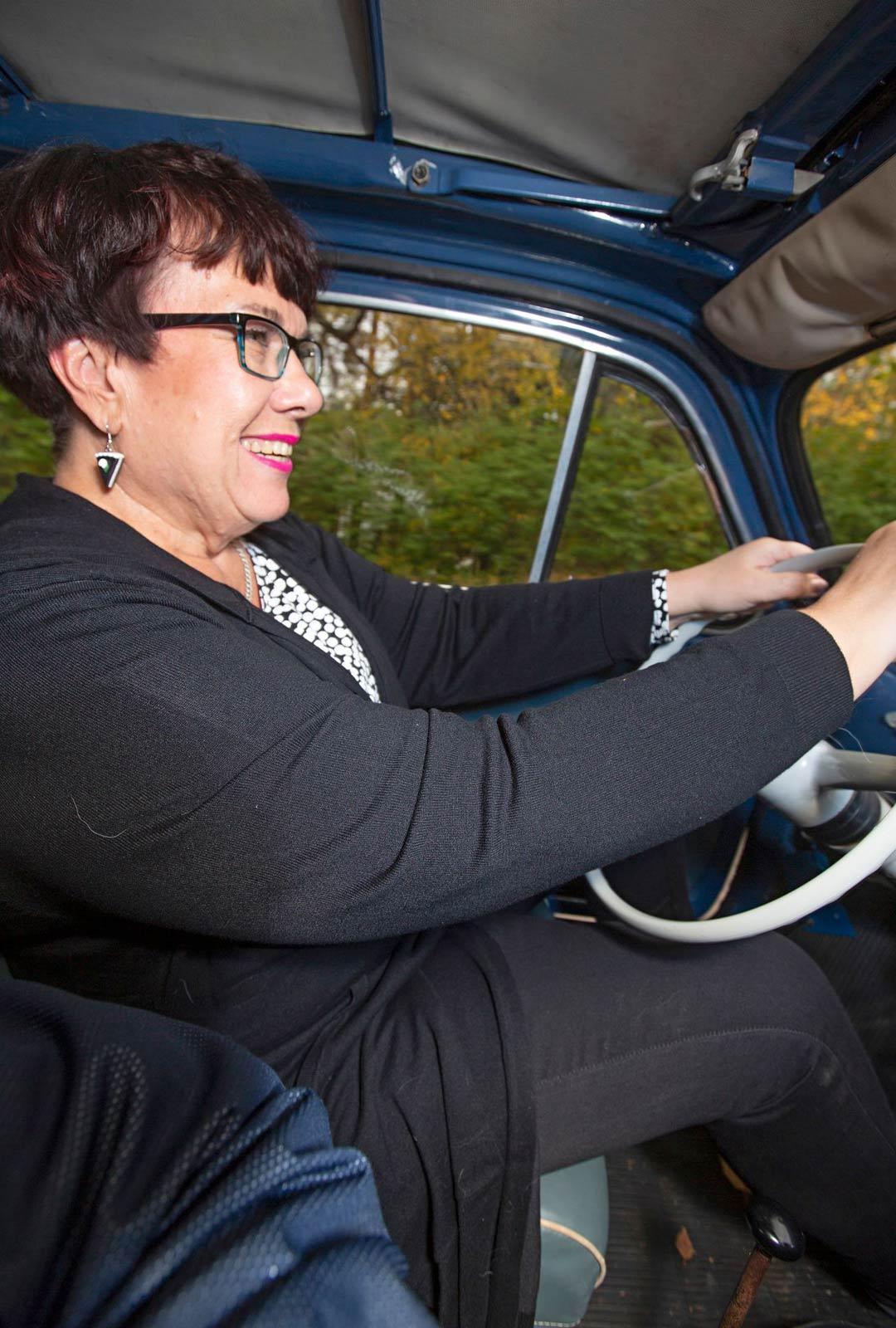 """""""Tässä on aitoa ajamisen tuntua"""", Outi Svinhufvud sanoo vuoden 1963 mallin Fiat 500 ratissa."""