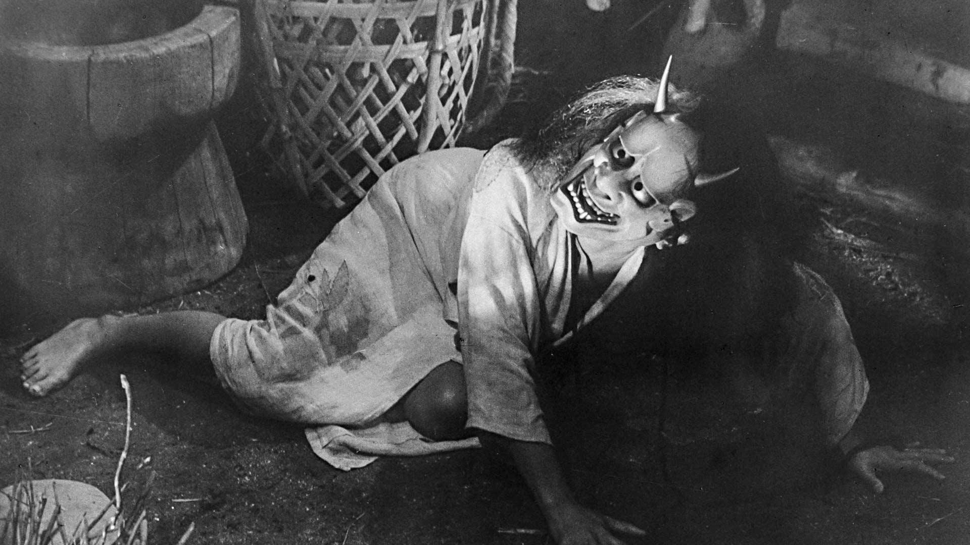 Elokuvassa Onibaba – tappajatanoppi ei suvaitse leskeksi jääneen miniänsä touhuja, joten hän alkaa piinata tätä paholaisnaamio päässään.