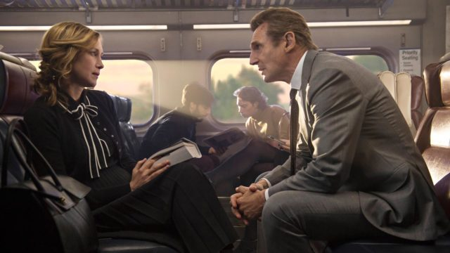 Joanna (Vera Farmiga) tarjoaa paikallisjunassa ex-poliisi Michael MacCauleylle (Liam Neeson) epäilyttävää tehtävää elokuvassa The Commuter.