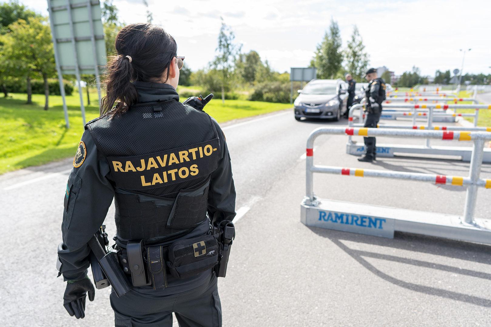 Rajavartijat pysäyttävät kaiken Ruotsista Suomeen tulevan ajoneuvoliikenteen rajanylityspaikalla. Kuva on otettu elokuussa 2020.