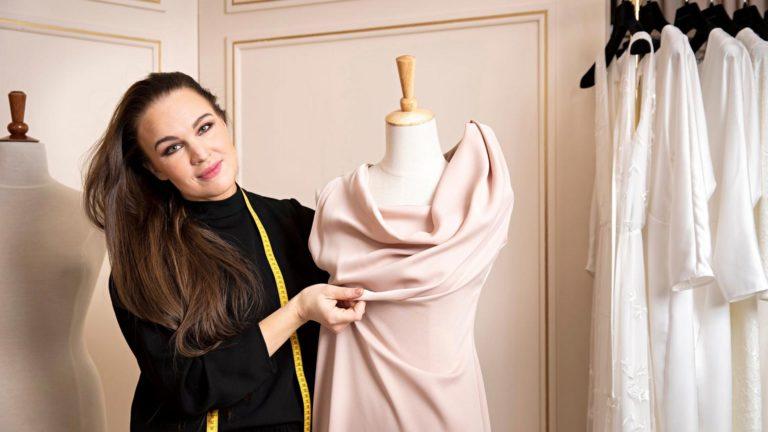 Suunnittelija Katri Niskanen teki ensimmäisen iltapuvun Linnan juhliin vuonna 2009. Viime vuosina hän on tehnyt kymmenen pukua eli niin monta pukua kuin muutamassa viikossa ennen itsenäisyyspäivää ehtii.