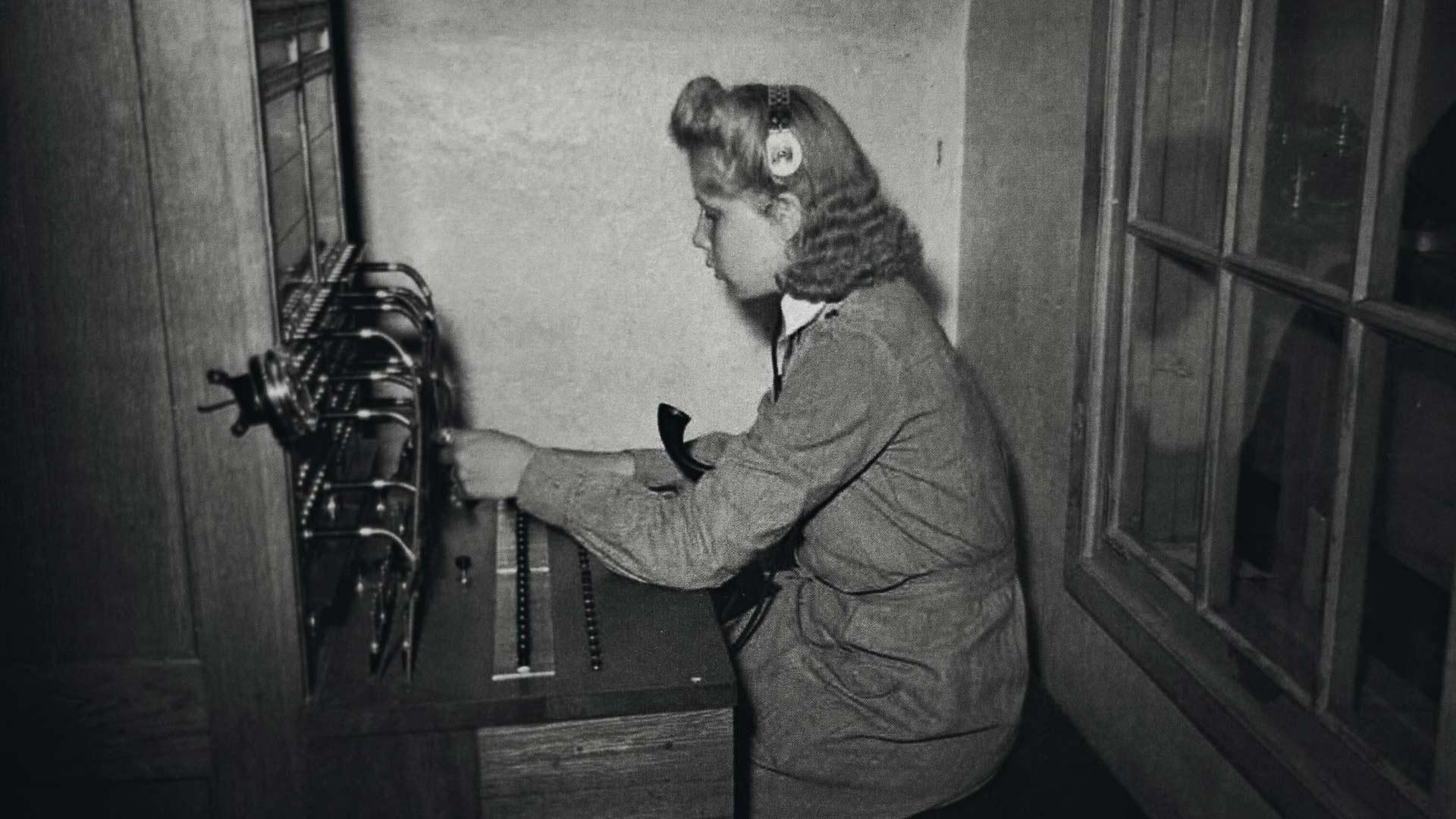 Maire Suomenlinnan Montussa Ilmavalvontakeskuksen puhelinvaihteessa, jonka hoitaminen kuului pikkulottien tehtäviin. Mairen ja hänen lottatovereidensa aktiivisuuden ansiosta Montun seinässä on nykyään lottien työstä kertova muistolaatta.
