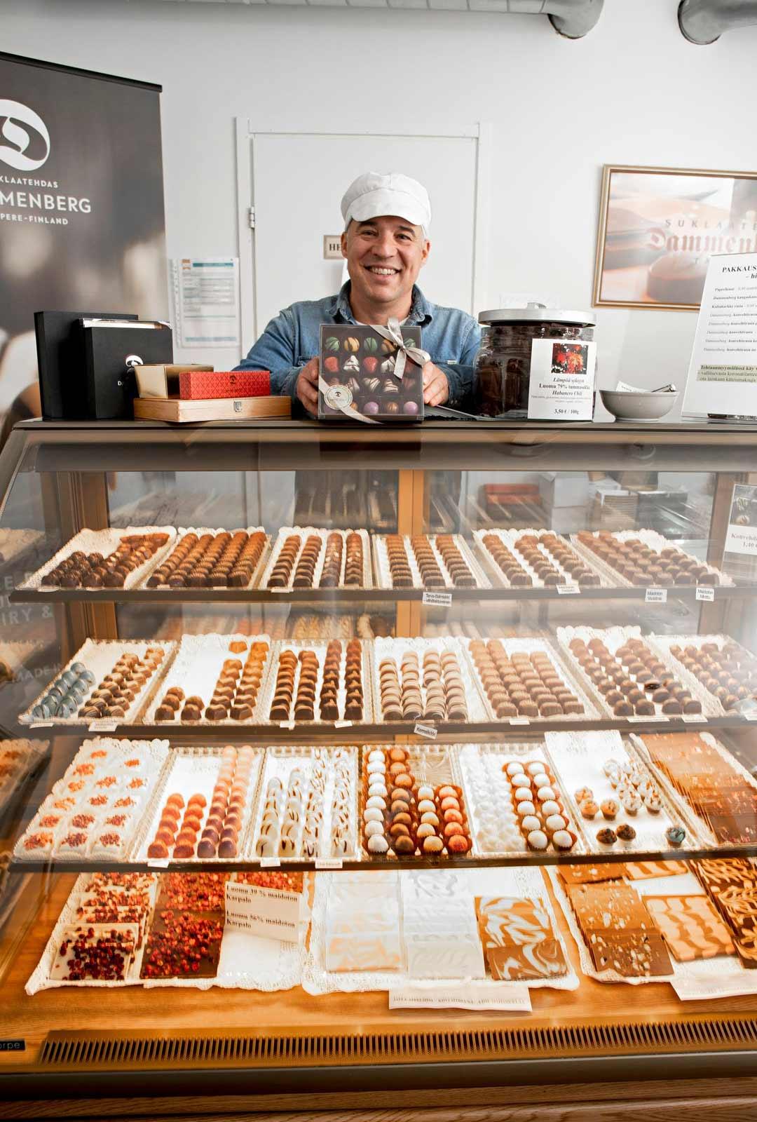 Dammenbergin myymälä on herkkusuun taivas. Erilaisia suklaatuotteita voi ostaa irtotavarana. Vuosien varrella tehtaalla on valmistettu yli 400 erilaista suklaatuotetta.