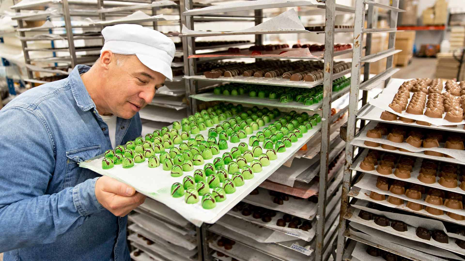"""Vihreät konvehdit odottavat pakkaamista. """"Nämä tuoksuvat päärynältä"""", Dammenbergin Marko Iso-Kungas kertoo."""