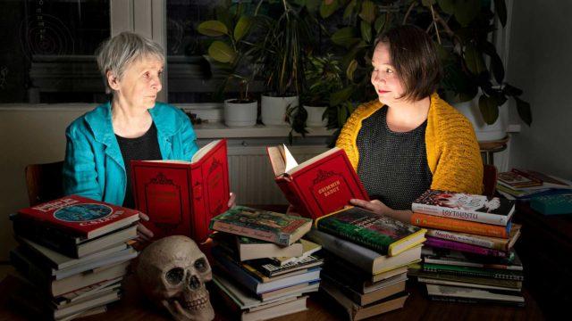 Arja ja Emma Puikkonen löysivät nimihahmon yhteiseen kirjaansa Emmalle lapsena luetusta Grimmin sadusta.